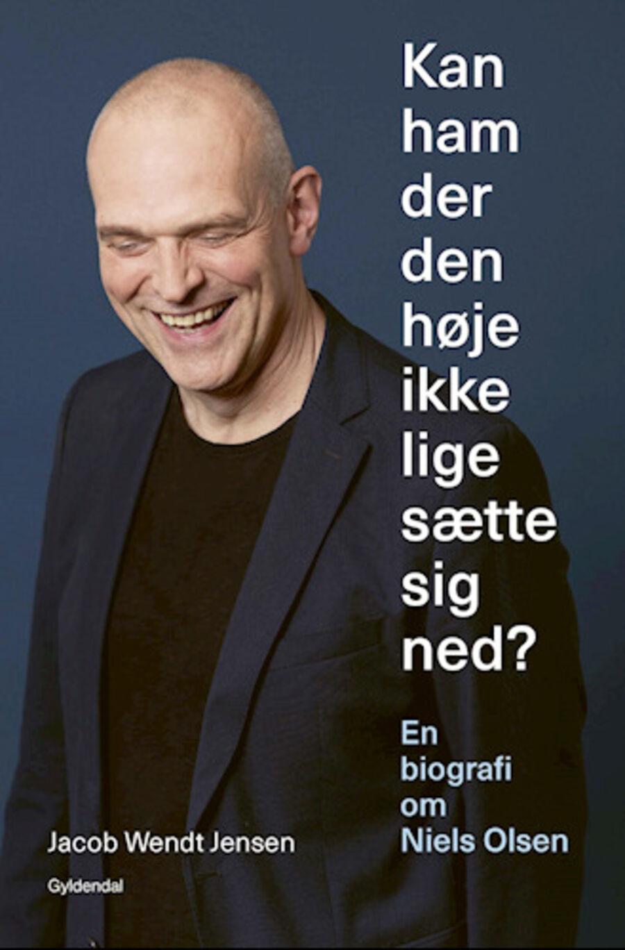 Kan ham der den høje ikke lige sætte sig ned?: en biografi om Niels Olsen